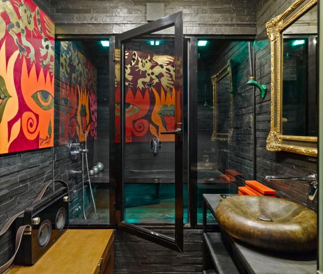 Salle de bain fusion avec pierre décorative sur les murs