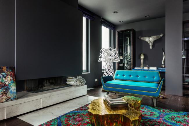Canapé bleu vif dans un salon sombre
