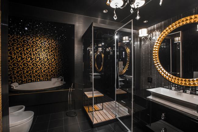 Salle de bain luxueuse avec miroir rond et lustre