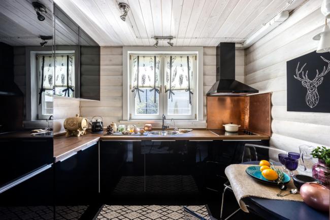 Set de cuisine sombre avec façades brillantes