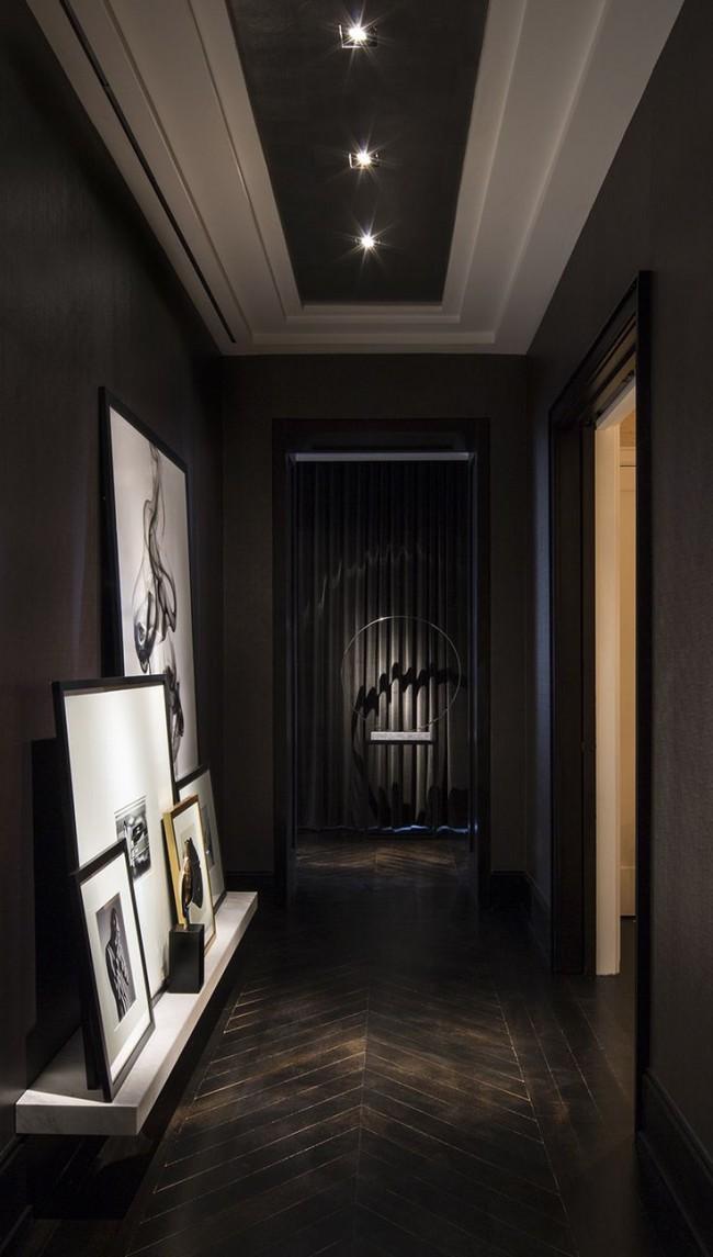 Le parquet et les murs sombres sont très impressionnants et chers