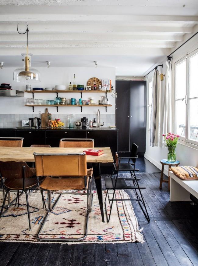 Le parquet gris et noir complète la créativité de la cuisine