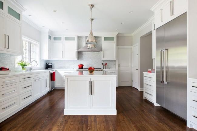 Un beau parquet marron ajoute de la valeur à une cuisine blanche