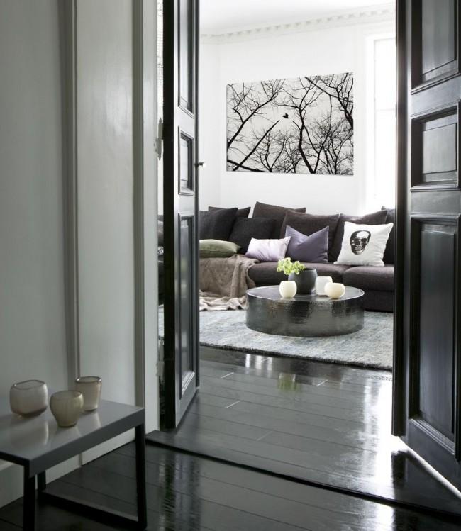 Le stratifié noir et les murs blancs complètent la peinture en noir et blanc