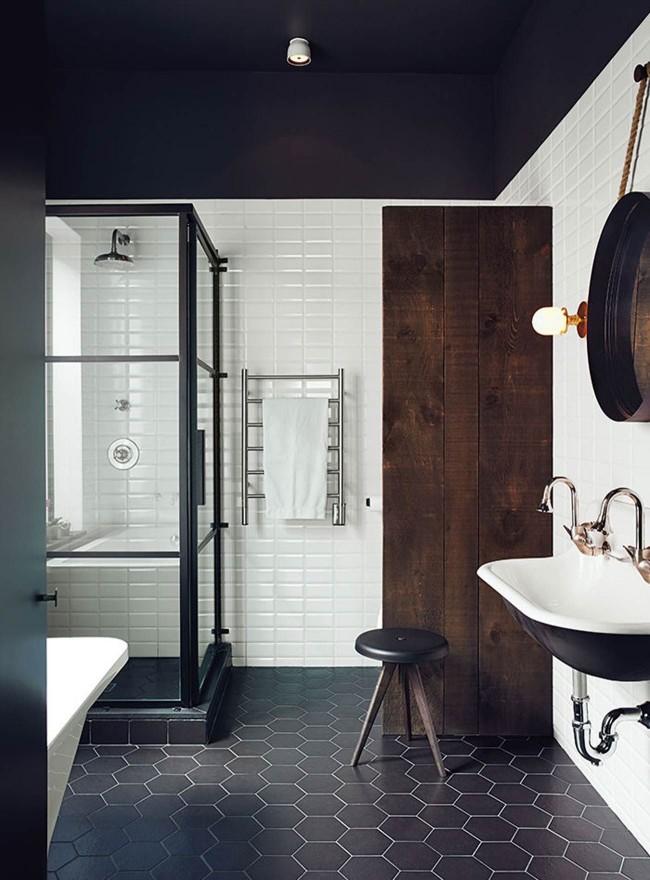 Un sol de salle de bain en carrelage noir est une option intéressante et inhabituelle.