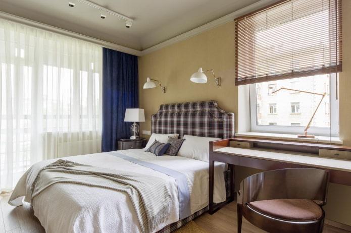 Chambre carrée avec table de chevet