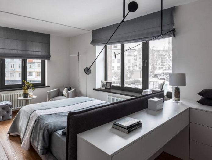 Chambre avec deux fenêtres