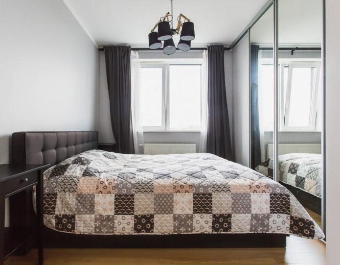 Armoire miroir en face du lit