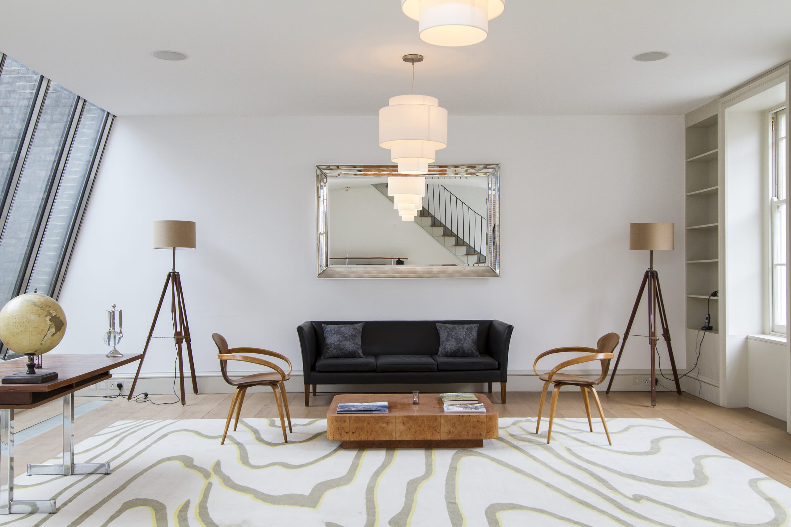 Intérieur harmonieux d'un salon spacieux dans un style classique moderne