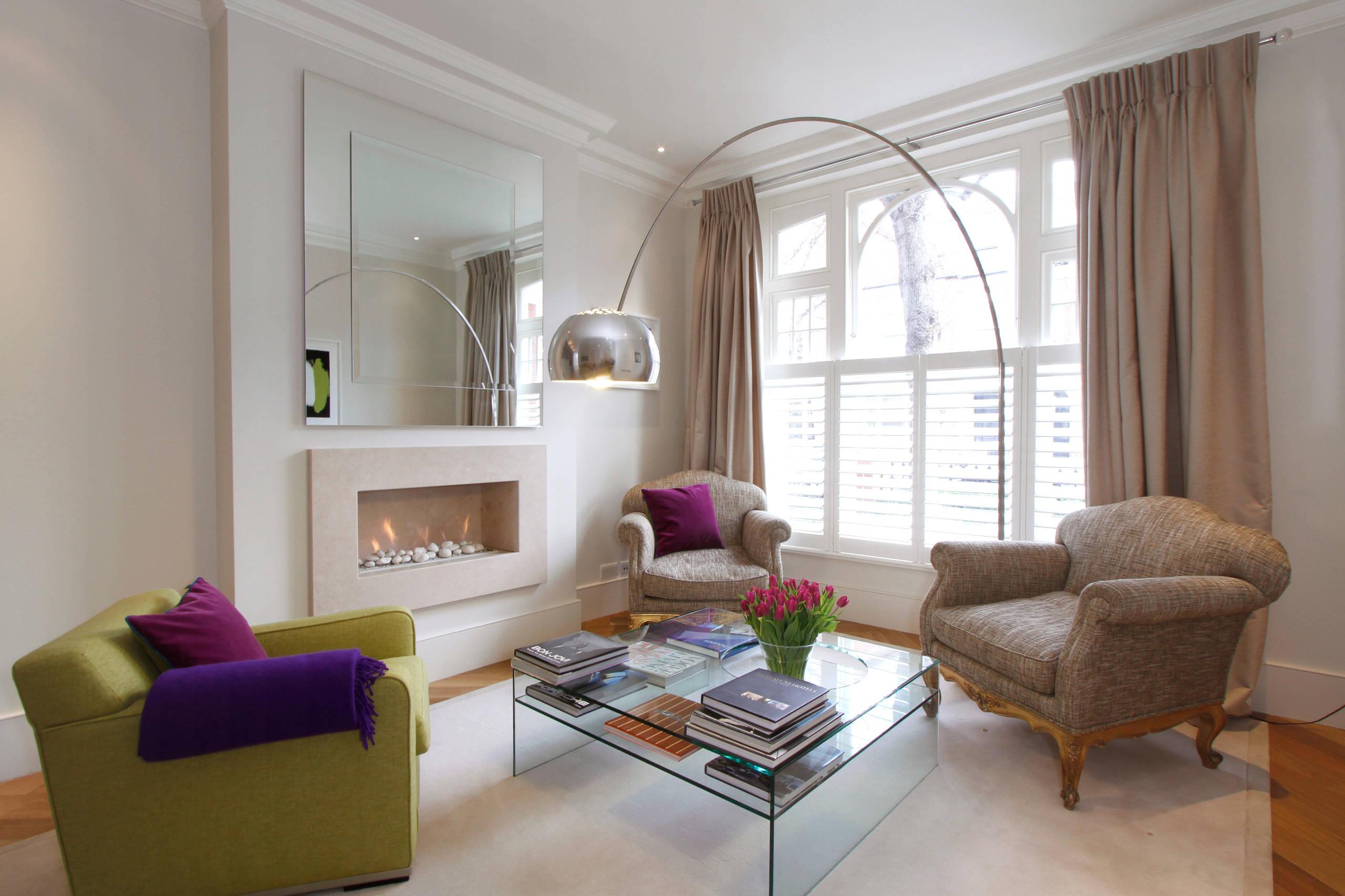 Un tel lampadaire s'intègre harmonieusement dans le design classique d'un petit salon
