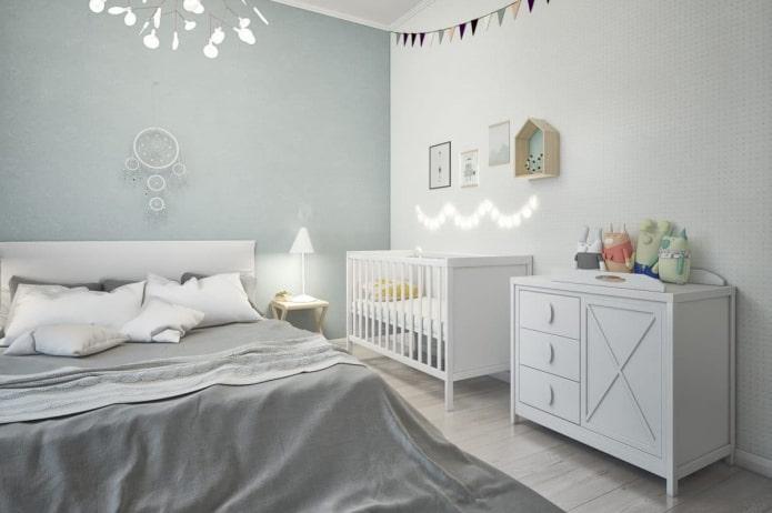 lit bébé à l'intérieur de la chambre
