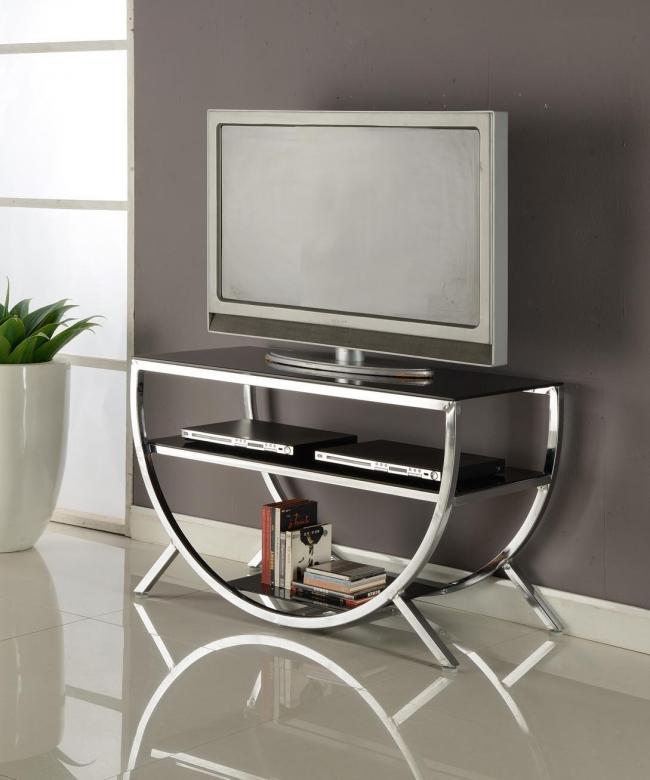 Les carreaux brillants accentuent le design des meubles en métal chromé
