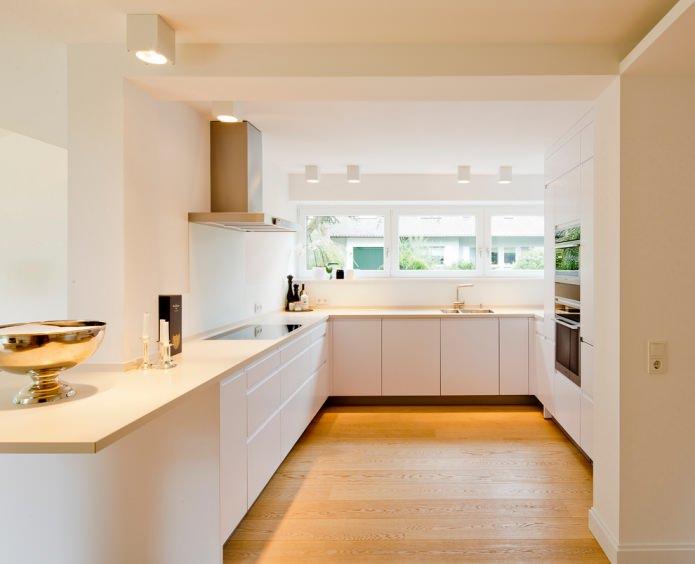 intérieur de cuisine blanc avec plan de travail couleur vanille