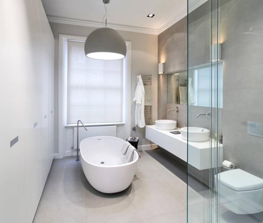 Salle de bain contemporaine moderne et spacieuse en blanc