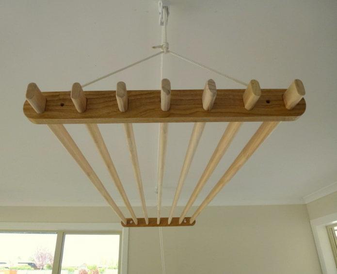 séchoir au plafond en bois
