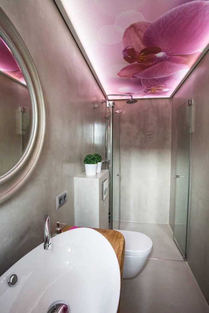 plafond avec une photo d'orchidées dans la salle de bain