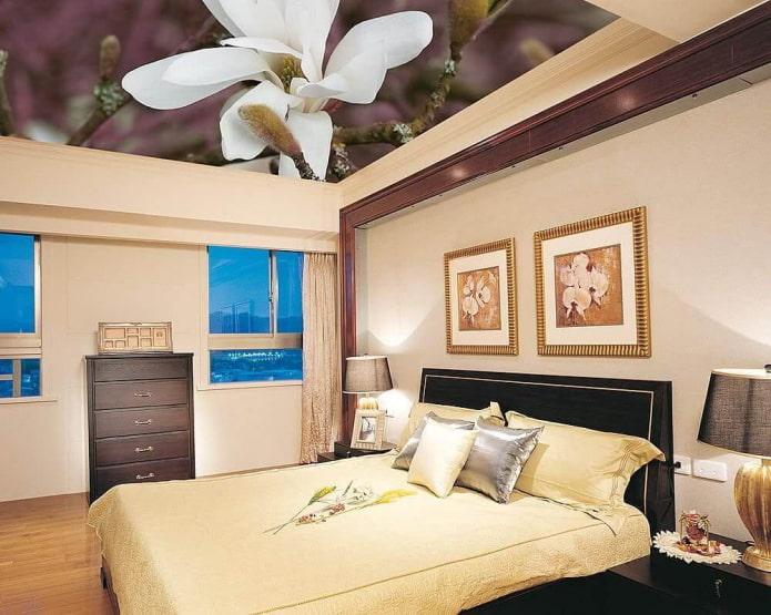 plafond avec une photo d'une fleur dans la chambre