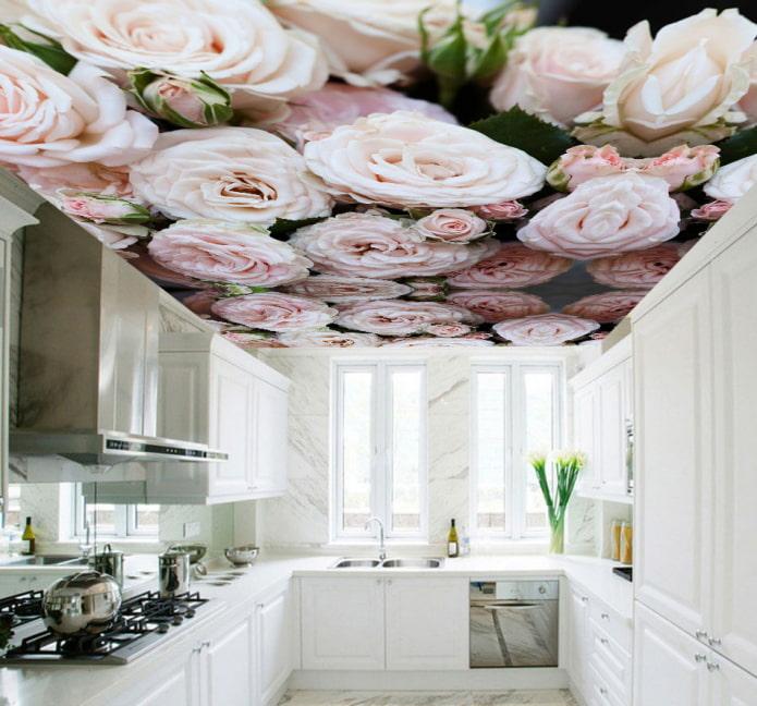 plafond avec une photo de fleurs dans la cuisine
