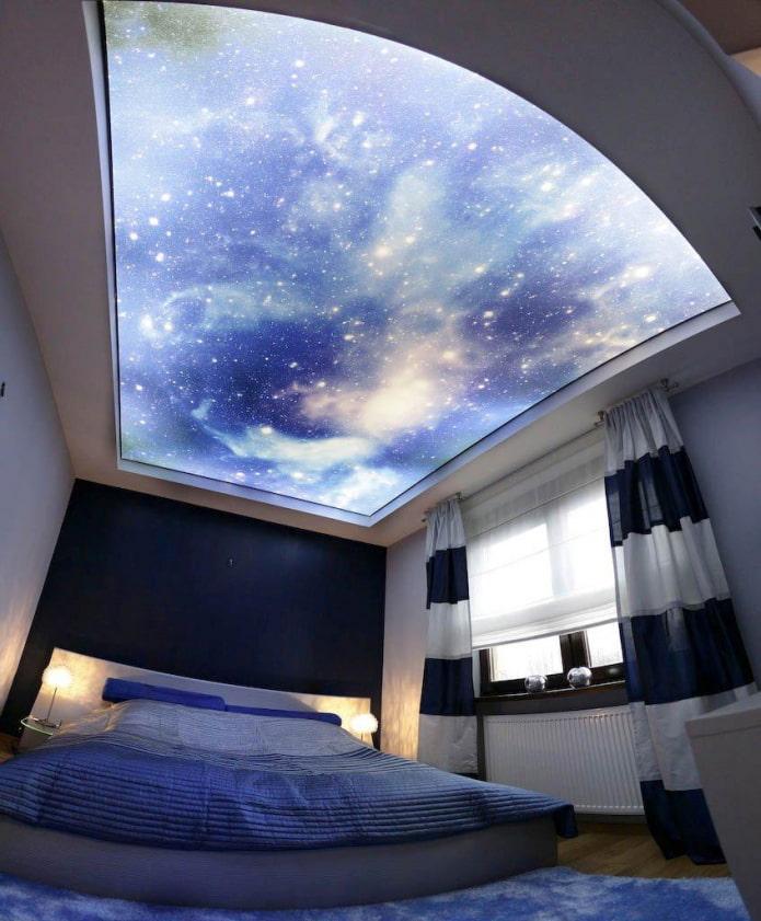 plafond avec une image de l'espace dans la chambre