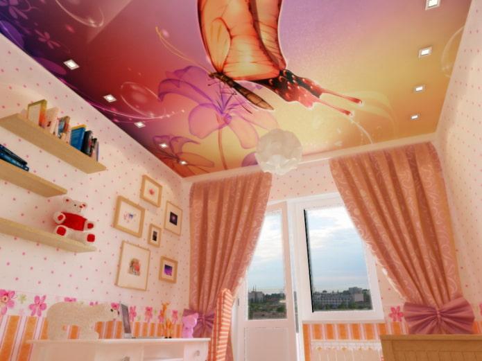 plafond avec une photo d'un papillon dans la pépinière