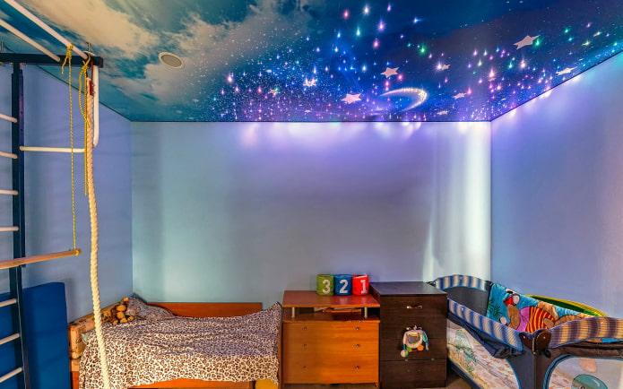 plafond avec l'image du ciel étoilé dans la pépinière