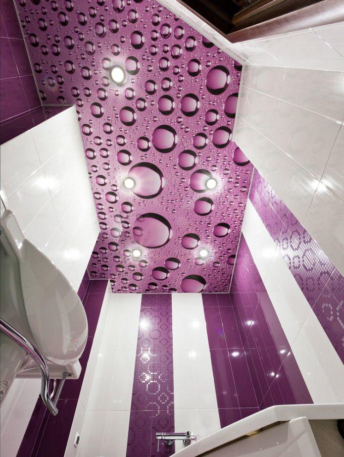 plafond avec gouttes d'eau dans la salle de bain