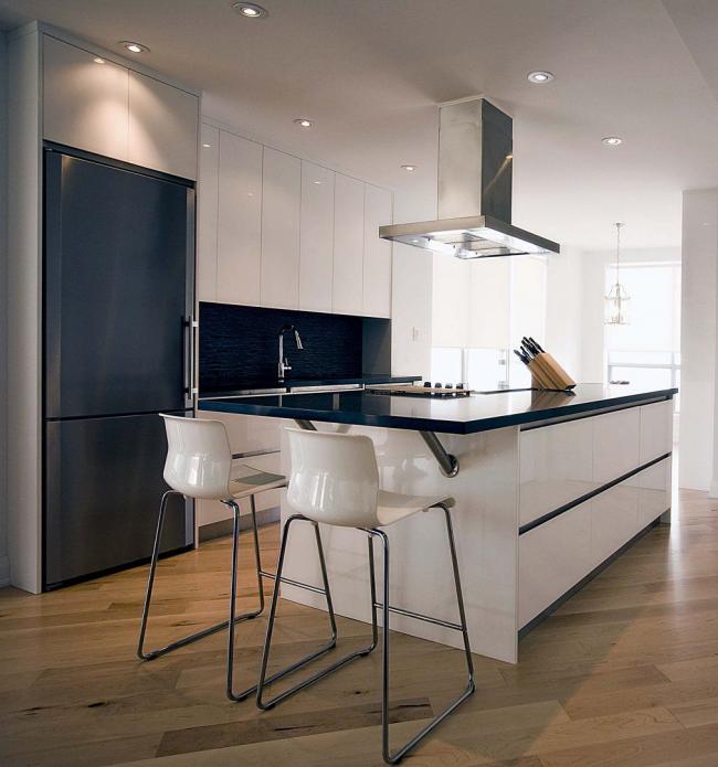 Le réfrigérateur de cuisine encastrable original dans une teinte bleu foncé profond