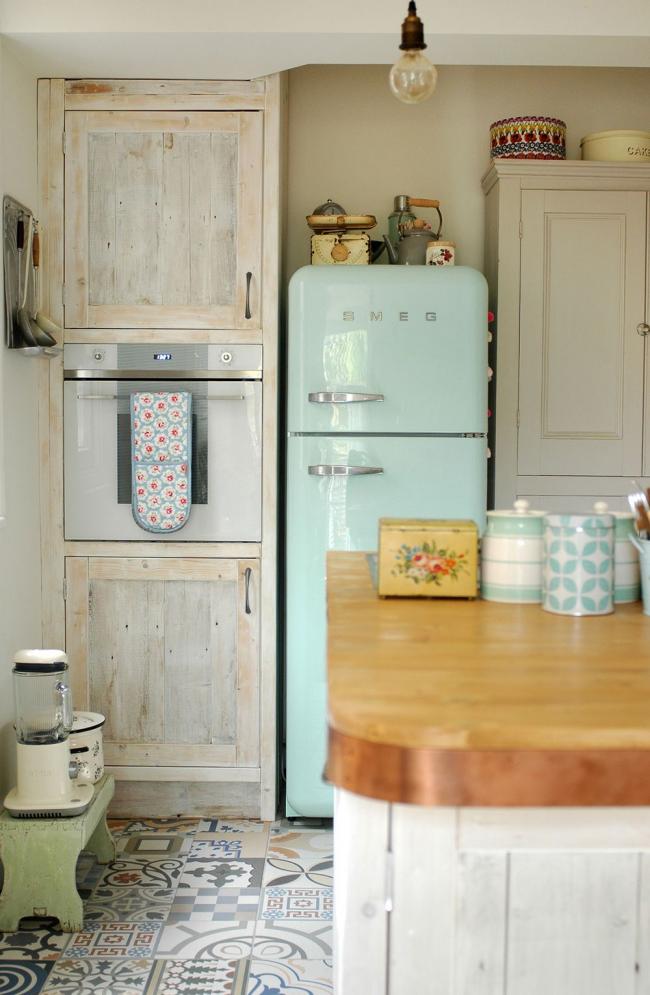 Cuisine vintage lumineuse avec un réfrigérateur de couleur inhabituelle