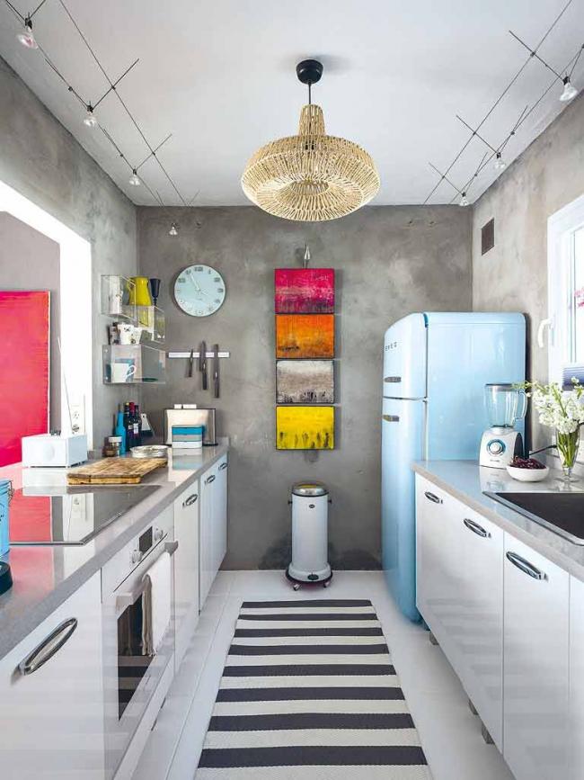 Réfrigérateur bleu clair dans une petite cuisine de style industriel