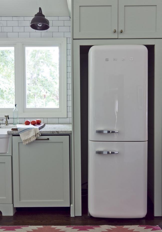 Grand réfrigérateur de marque avec une teinte laiteuse froide