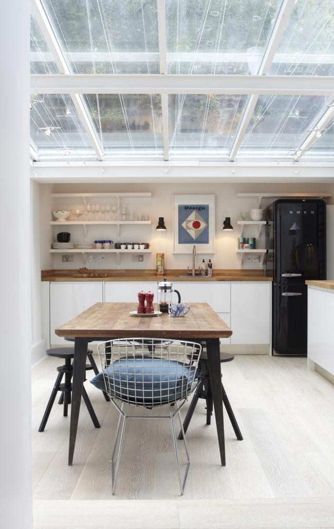 Réfrigérateur noir élégant dans une cuisine spacieuse lumineuse