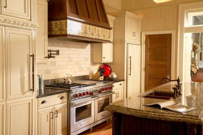 Ensemble réfrigérateur encastrable dans la cuisine d'une couleur crème très délicate