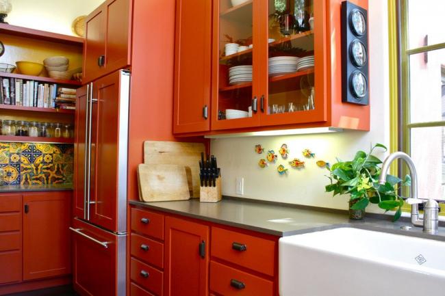 Réfrigérateur intégré dans l'ensemble de cuisine de couleur orange vif