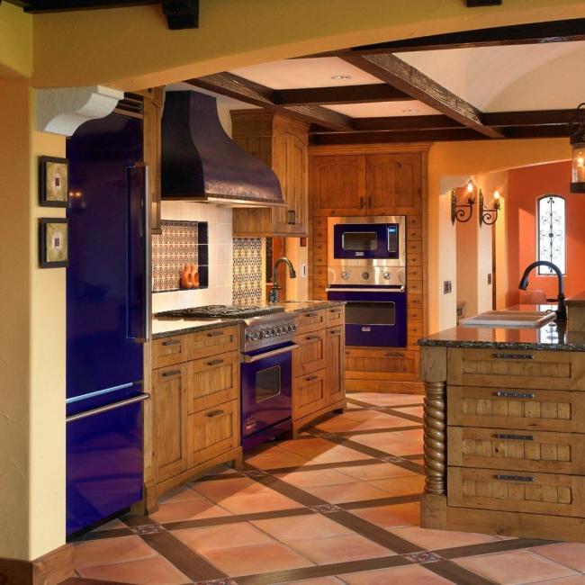 Les accents bleu vif sur les appareils ménagers complètent parfaitement l'ensemble de cuisine en bois naturel