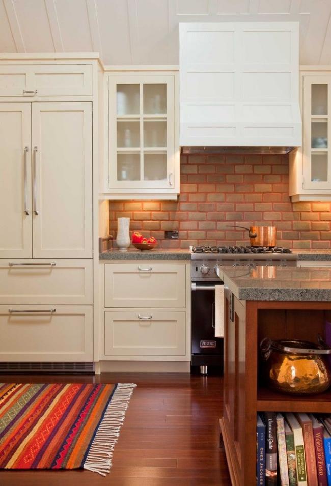 Réfrigérateur encastrable de teinte beige assorti au set de cuisine