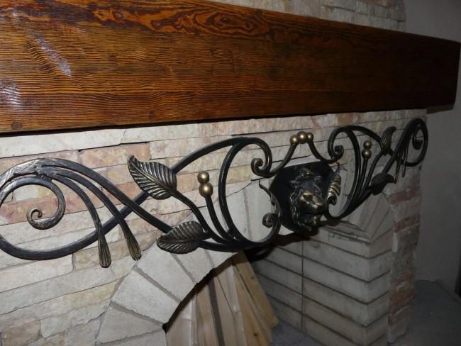 Patine sur le décor métal au dessus de la cheminée