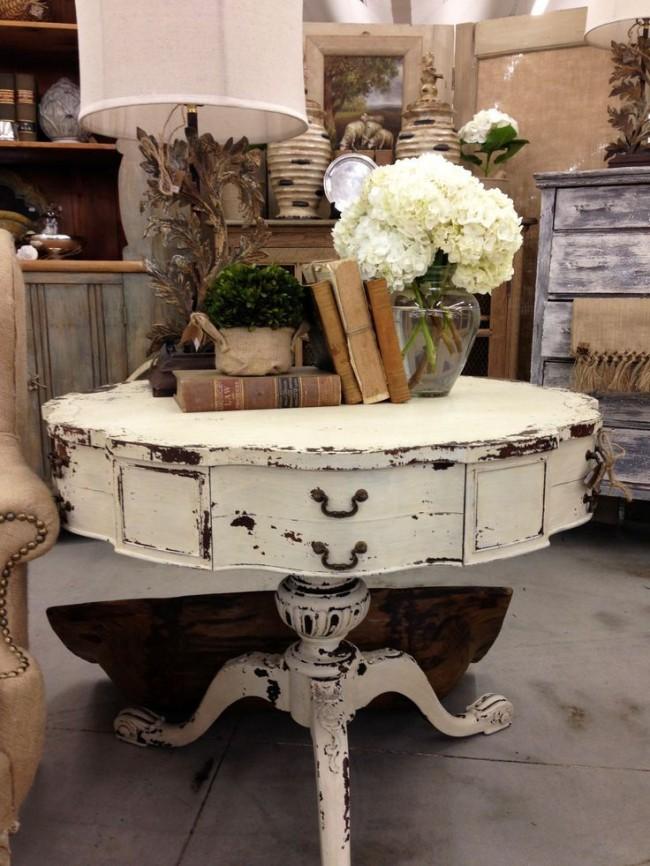 Une table vieillie similaire décorera une pièce dans un style classique ou provençal.