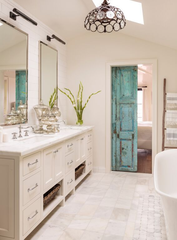 Portes anciennes dans une salle de bain élégante et lumineuse