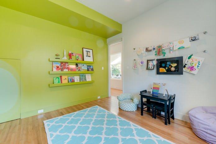 murs blancs et vert clair dans la chambre des enfants