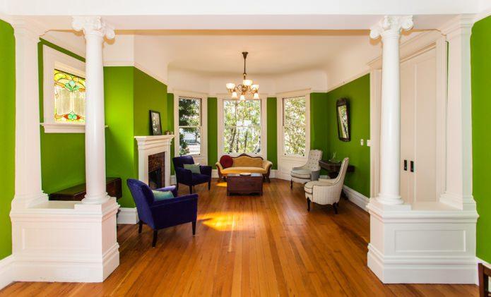 Intérieur classique avec murs vert clair