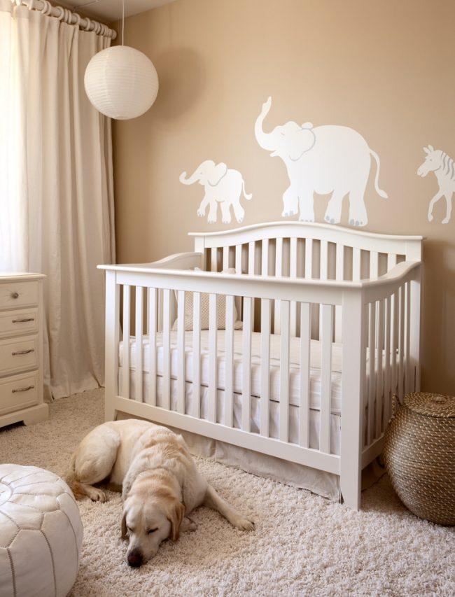 Les rideaux blancs laconiques sont une solution de design intemporelle pour une pépinière !