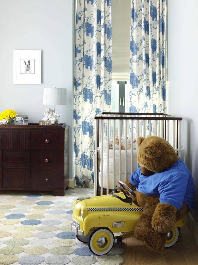 Les rideaux sont la chose principale à l'intérieur d'une pépinière.  Ce sont eux qui protégeront votre bébé endormi de la lumière gênante des lanternes et de l'éclairage de la ville.