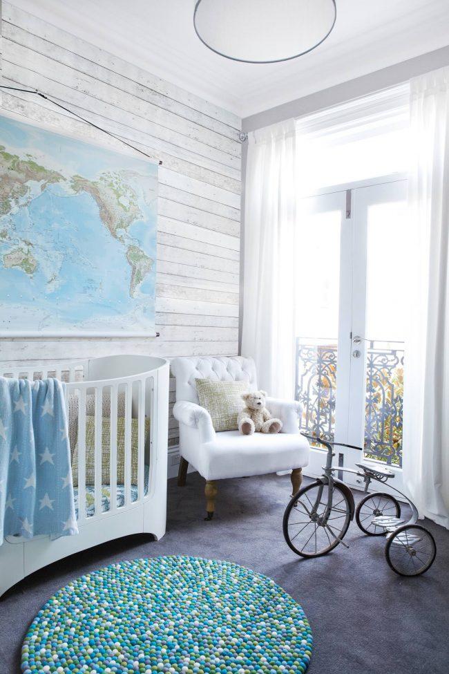 Chambre d'enfant élégante et lumineuse aux couleurs bleu et blanc