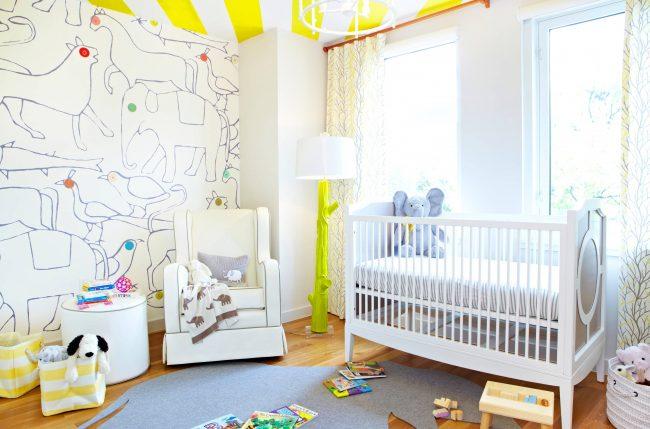 Intérieur enfant lumineux et contrasté.  Rideaux avec un imprimé léger