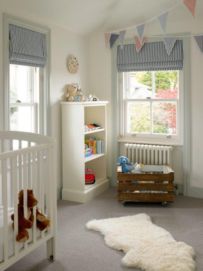 Le type de rideaux enroulés est pratique en ce sens que vous pouvez ajuster leur hauteur de levage, en ajoutant ou en supprimant la quantité de lumière dans la pépinière