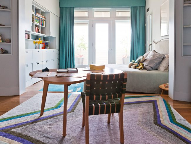 Chambre lumineuse et spacieuse pour un enfant en pleine croissance avec un coin dessin