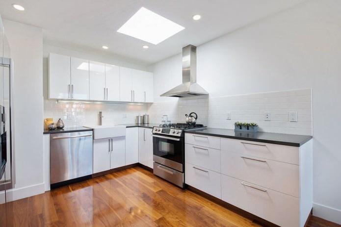 cuisine blanche avec une façade brillante