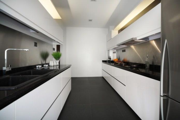 plan de travail noir dans une cuisine parallèle
