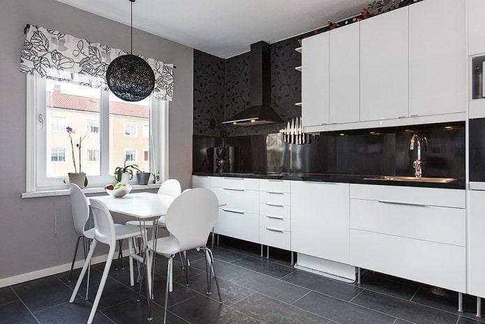 tablier noir brillant à l'intérieur de la cuisine