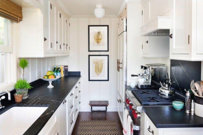comptoir noir en pierre naturelle à l'intérieur de la cuisine